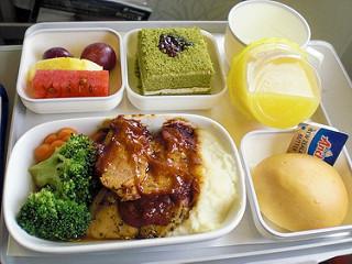 FOTO – Makanan Kapal Terbang, Ekonomi Vs. Kelas Pertama